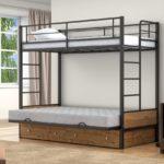 Металлическая двухъярусная кровать с матрасами