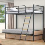 Кровать металлическая двухъярусная лестницей
